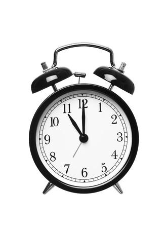 o�??clock: Reloj despertador muestra las once aislados en fondo blanco