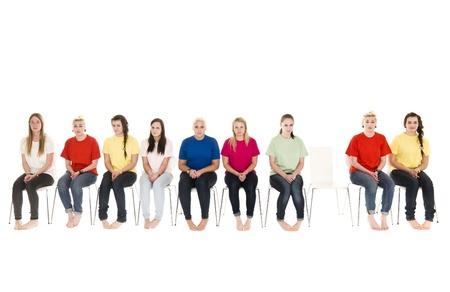 sedia vuota: Gruppo di donne, seduto su una sedia vuota e sedie