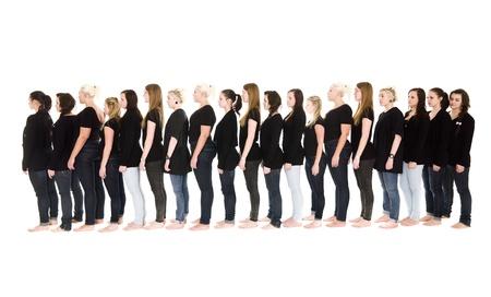 file d attente: Groupe de femmes en attente dans une ligne isol�e sur fond blanc