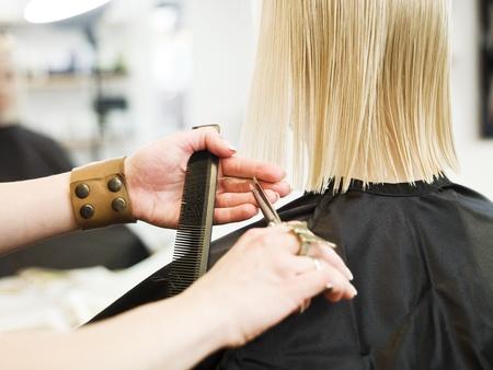 sal�n: Cerca de una tijera en un ction en la peluquer�a Foto de archivo