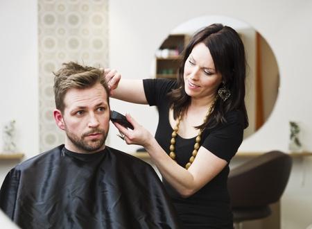Mann an der Haar-Salon-situation Standard-Bild