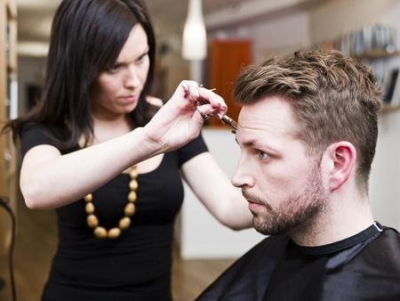 peluquerias: Hombre en la situaci�n de sal�n de pelo Foto de archivo