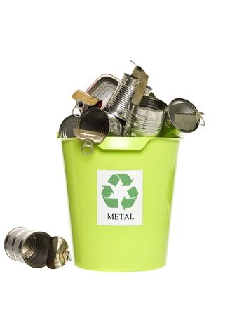 papelera de reciclaje: Papelera de reciclaje con productos met�licos aislados sobre fondo blanco Foto de archivo