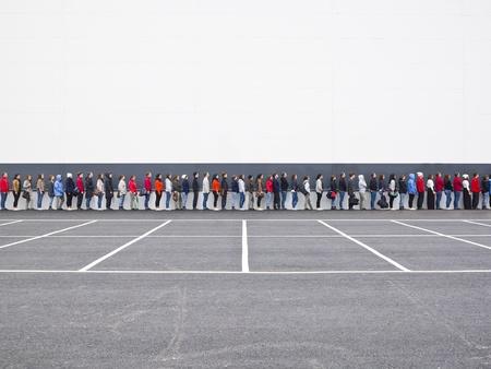couple lit: Grupo numeroso de personas esperando en l�nea