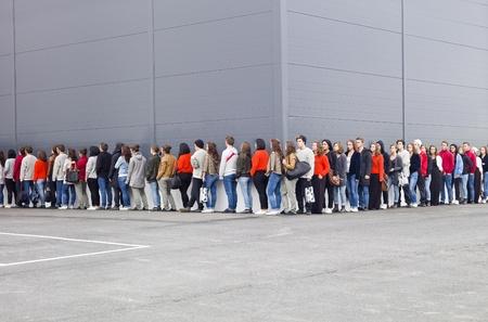 Gran grupo de personas esperando en línea Foto de archivo