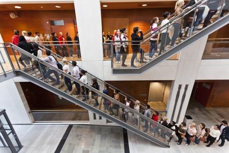 file d attente: Beaucoup de personnes dans une rangée