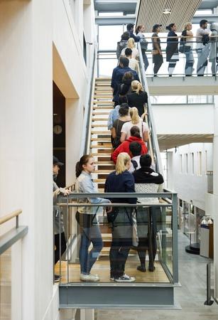 Grupo numeroso de personas esperando en línea Foto de archivo