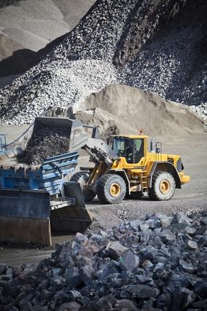 mining truck: La actividad en el sitio de construcción