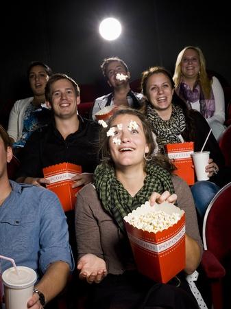 spectators: Espectadores comiendo palomitas de ma�z en el cine