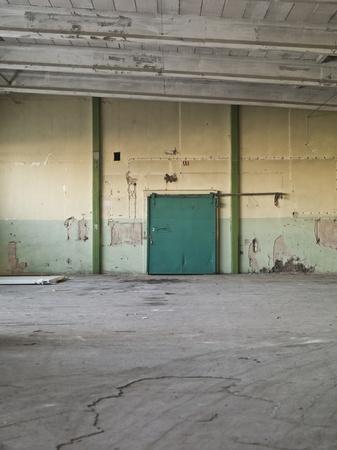 warehouse interior: Indossato interni Magazzino con cattive condizioni Editoriali