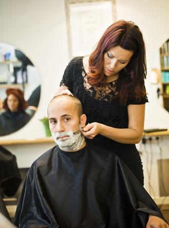 peluquero: Situaci�n de afeitar en la peluquer�a Foto de archivo