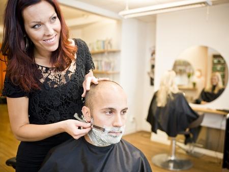 peluquero: Hombre adulto que se afeita en la peluquer�a Foto de archivo