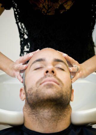 beauty shop: Lavar el pelo en la tienda de belleza Foto de archivo