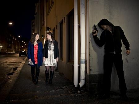 ladron: Hombre encapuchado acoso a dos mujeres detr�s de una esquina con una pistola