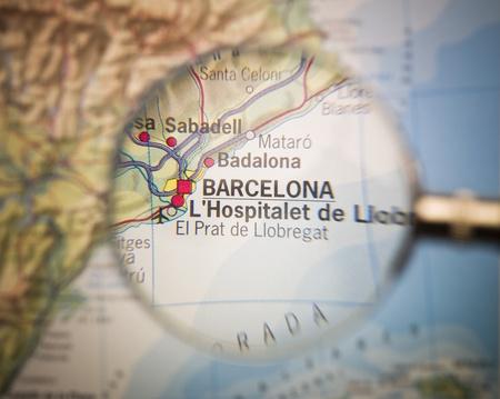 barcelone: Loupe en face d'une carte de Barcelone
