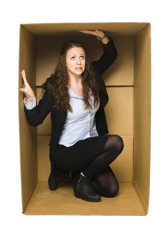 boite carton: Jeune Femme � l'int�rieur d'une bo�te en carton �tanche Banque d'images