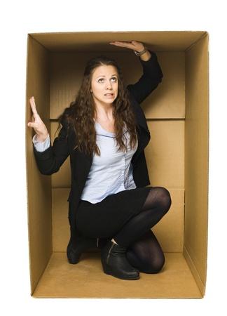 pappkarton: Junge Frau in einer engen Karton