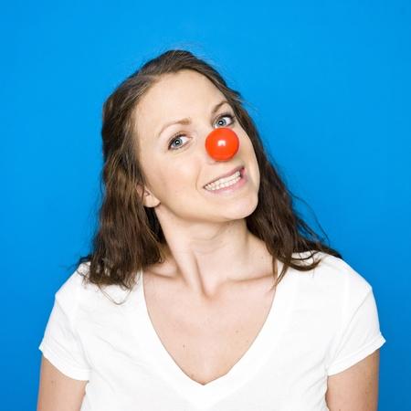 nariz roja: Retrato de una joven sobre fondo azul