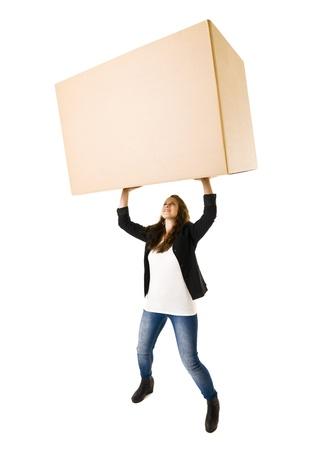 pappkarton: Frau mit einem sehr gro�en Karton �ber den Kopf