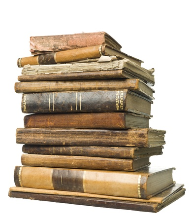 Pila de libros antiguos aislados sobre fondo blanco