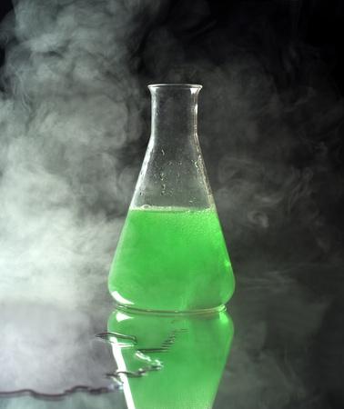 Laborglas mit grüner Flüssigkeit