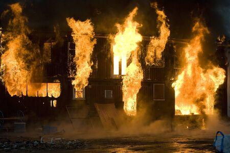 Mehrfamilienhaus on Fire at Night Zeit