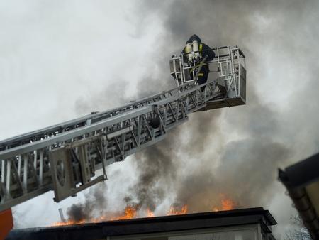 voiture de pompiers: Pompier de travail sur le dessus d'une échelle