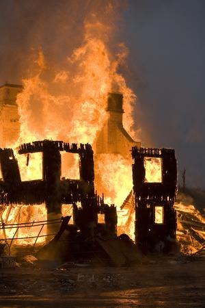 Mehrfamilienhaus am Feuer in der Nacht Zeit