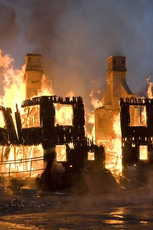 house on fire: Edificio de viviendas en el fuego por la noche