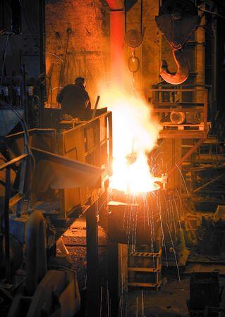 Eisen-Schmelzen in einem Retro-Industrie