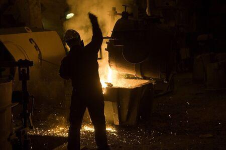 Eisen Melting in einem Retro-Industrie Editorial