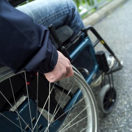 persona en silla de ruedas: Primer plano de un hombre en silla de ruedas
