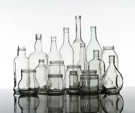 Gruppe von Flaschen auf weißem Hintergrund