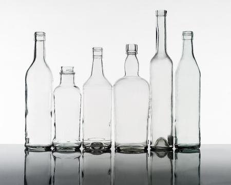 reciclar vidrio: Grupo de botellas aisladas sobre fondo blanco