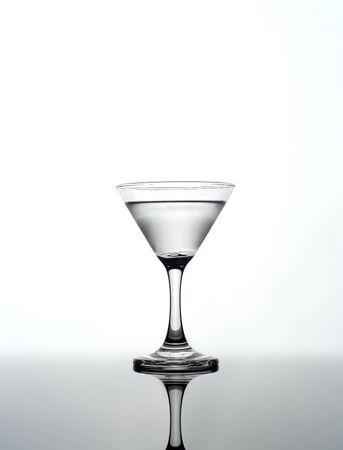 copa martini: Martini de vidrio en el fondo blanco Foto de archivo