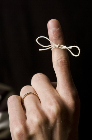 Reminder auf dem Finger auf schwarzem Hintergrund