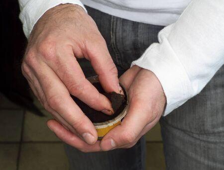 tabaco: El hombre de tomar tabaco de una caja Foto de archivo