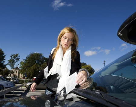 Verärgerte Frau bekommen einen Parkschein