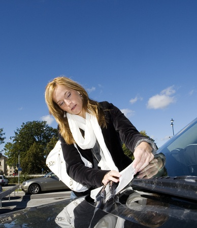 Verärgerte Frau immer ein Parkplatz Ticket Lizenzfreie Bilder