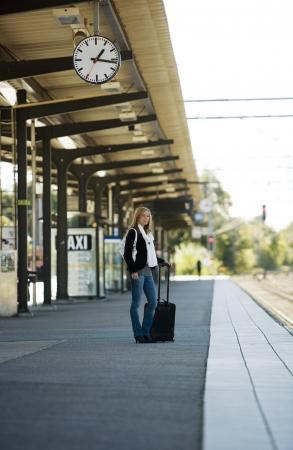 Viaggiare donna presso la stazione ferroviaria