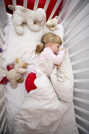 pacifier: Niña en la cama Foto de archivo