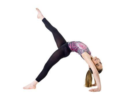 sich b�cken: Junge M�dchen Gymnastik isoliert auf wei�em Hintergrund