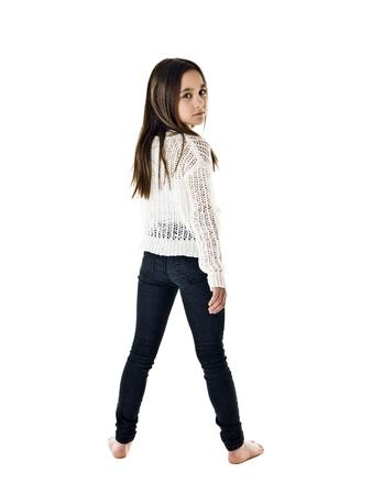piedi nudi di bambine: Ritratto di una giovane ragazza isolato su sfondo bianco