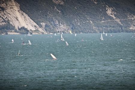windsurfing: Windsurf en el Lago de Garda Foto de archivo