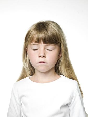 Portrait eines kleinen Mädchens mit ihrem eys geschlossen