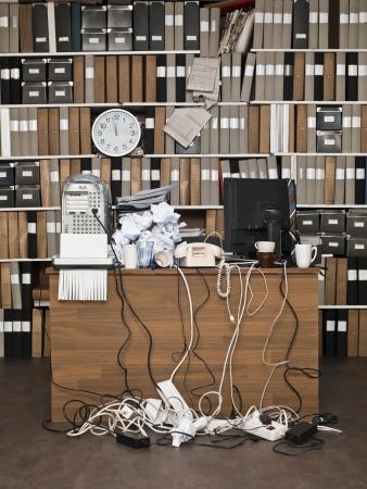 habitacion desordenada: Sobrecargado escritorio en una oficina desordenada Foto de archivo