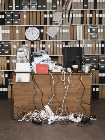 messy office: Segno vacante presso un ufficio disordinato