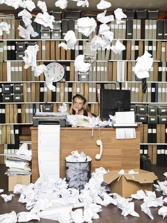 oficina desordenada: Chica de negocios joven sobrecargado de trabajo