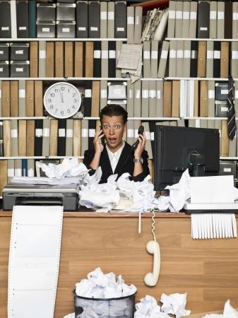 oficina desordenada: Mujer de negocios sorprendida en la oficina