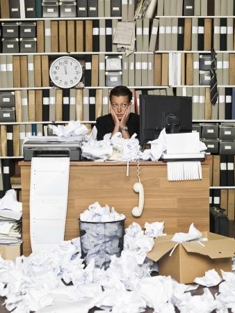 oficina desordenada: Mujer de negocios cansado en la oficina